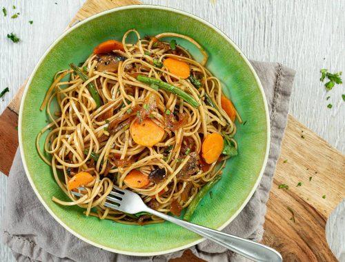 Tallarines con verduras y salsa de soja